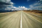 Empty highway to the mountains — Stock Photo