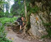 Hikers on a steep trail — Stock Photo