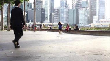 People on Marina Bay waterfront — ストックビデオ