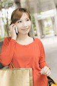 Shopping woman use cellphone — Stock Photo