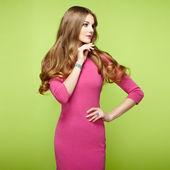 портрет моды изящной женщины с великолепными волосами — Стоковое фото