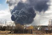 Observatie van een sterke rook van een afstand — Stockfoto