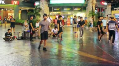 Street performers breakdance, Thailand — Stock Video
