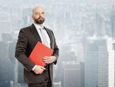 Hombre de negocios con carpeta roja — Foto de Stock