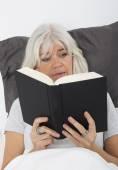 Reading a nail-biting book — Stock Photo