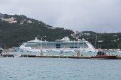 Coast Guard and Cruise Ship — Stock Photo