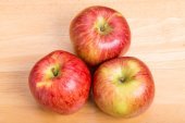 Three Red Apples on Wood Table — Foto Stock