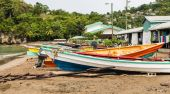 Colorful Fishing Boats on Beach Behind old Houses — Foto Stock