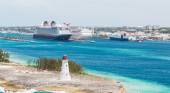 Lighthouse with Cruise Ships and Nassau in Background — Foto Stock