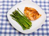 Broiled Salmon on Square Plate with Asparagus — Stock Photo