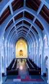 Arches and Pews Toward Altar — Stock Photo