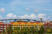 Круизный корабль и мост за пределами красочный курорт — Стоковое фото