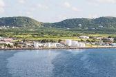 Zbiorników oleju między zielone wzgórza i morze niebieski — Zdjęcie stockowe