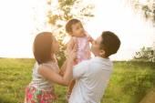 Famiglia asiatica giocando al parco — Foto Stock