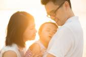 Asian family at outdoor sunset beach — Stock Photo