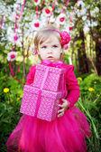 Menina com presentes de aniversário — Fotografia Stock