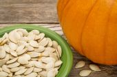 Bowl of fresh pumpkin seeds — Stock Photo