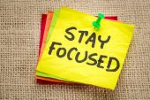 Stay focused reminder on a sticky note — Stock Photo