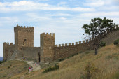 Tourists walking near medieval Genoese fortress — Stock Photo