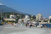 People walk in Yalta — Stock Photo