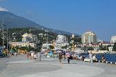 Mensen lopen in Jalta — Stockfoto