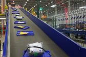 Parcels traveling on the conveyor belt — Stockfoto