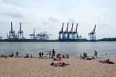 Hamburg: insanlar elbe yaz tadını — Stok fotoğraf