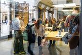 Customers admiring the new Apple iPhone 6 — Stockfoto