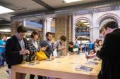 Customers admiring the new Apple iPhone 6 — ストック写真