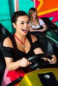 Elektrikli bir çarpışan araba eğlence parkı içinde güzel kızlar — Stok fotoğraf