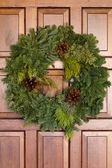 Green Evergreen Christmas Wreath On Wooden Door — Stock Photo
