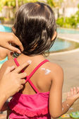 Asian Child Using Sunblock Lotion on Her Back Skin Before Swimmi — Stock Photo