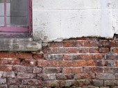 Crumbling brickwork of house — Stock Photo