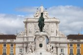 King Jose I Statue and Rua Augusta Arch in Lisbon — Stock Photo
