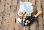 Bulbs and garden shovel — Stockfoto