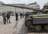 Kiev citizens look on T-64BV tank — Stock Photo