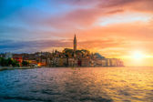 Rovinj cidade velha à noite no mar Adriático — Fotografia Stock