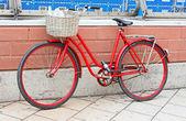La bicicletta sulla vecchia strada a Stoccolma, Svezia — Foto Stock