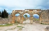руины древнего города хиераполис на холме памуккале, турция — Стоковое фото