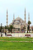 ISTANBUL, TURKEY - APRIL 01, 2013: Sultan Ahmed Mosque (Blue Mosque)and tourists in Istanbul, Turkey. The mosque is popularly known as the Blue Mosque for the blue tiles in its interior — Stock Photo