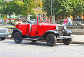 "LVIV, UKRAINE - JUNE 28, 2014: Retro car on the street in Lviv on the frame of classic car festival ""Leopolis Grand Prix 2014"" in Lviv, Ukraine — Stock Photo"