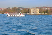 Kucuksu Kasri (Sultans mansion) and touristic boat in Instanbul, Turkey — Stock Photo