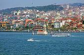 少女的塔和渡轮在伊斯坦布尔,土耳其 — 图库照片