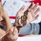 Woman applying henna — Stock Photo