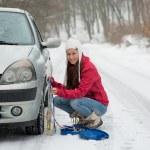 kvinna sätta vinter däck kedjor på hjulet snö motorstopp — Stockfoto #59769461