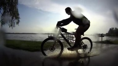 Bike ride in rainy sunset, slow motion — Video Stock
