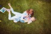 Vernice di madre e piccola figlia — Foto Stock