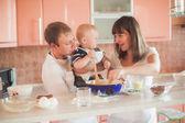 Mutlu bir aile mutfak at — Stok fotoğraf