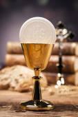 Sakrale Gegenstände, Bibel, Brot und Wein. — Stockfoto