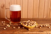 Mug with light beer and pistachios — Stock fotografie